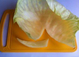 С каждого капустного листа срезаем плотные прожилки