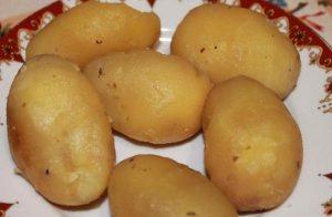 Остуженный картофель очищаем от кожицы