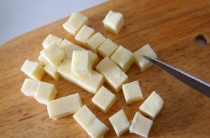 Полутвердый сыр нарезаем кубиками