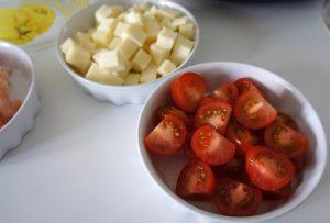 Срежем плодоножку и разрежем томаты пополам