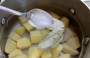 Нарезаем картофельные клубни кубиками