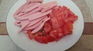 Свежие помидоры промываем, удаляем плодоножку и нарезаем