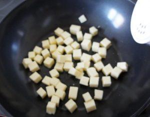 пару минут обжариваем полутвердый сыр