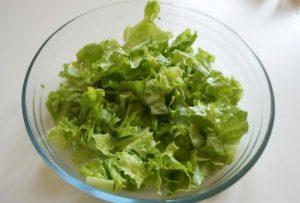 Измельчим салатные листья руками