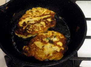 выкладываем картофельные оладьи и обжариваем