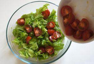 Добавляем в салатницу томаты сорта Черри