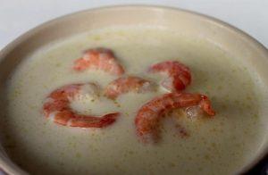 Добавляем креветки, вливаем немного соевого соуса
