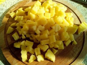 очищаем картофельные клубни, промываем и нарезаем