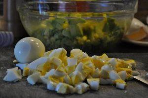 Куриные яйца отварим вкрутую, остудим, очистим