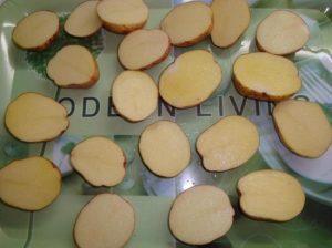 Разрезаем корнеплоды картофеля пополам