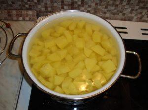 Выкладываем картофель в кастрюлю, заливаем фильтрованной водой