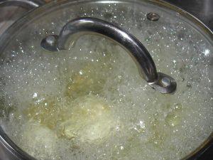 После варки луковицу выбрасываем