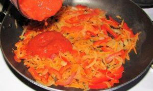 Добавляем консервированные помидоры