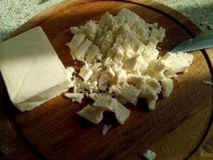 Снимаем упаковку с плавленого сыра и измельчаем его