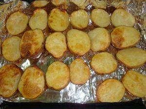 картофель подрумянится, достаем его из духового шкафа