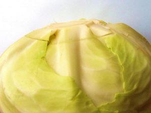 С капустного вилка снимаем верхние листики