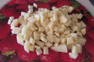 Очищаем картофельные клубни, тщательно промываем и нарезаем