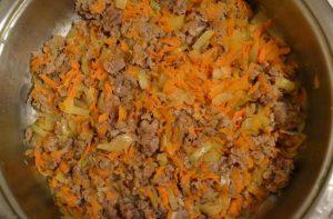 В овощи добавляем охлажденный мясной фарш