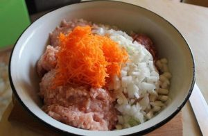 добавляем измельченные овощи и отварную рисовую крупу