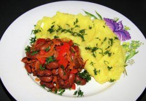 Отварную красную фасоль можно тушить с овощами