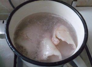 В кипящую воду погружаем кальмаровые тушки