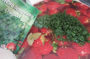 Измельчаем сушеные листики лавра
