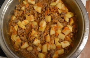 добавим картофель и томатную пасту