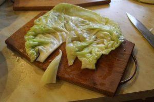С размягченного капустного листа срезаем толстую прожилку