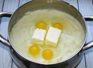 добавляем сырые перепелиные яйца