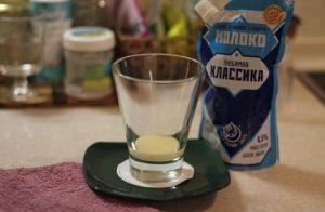 выкладываем столовую ложку сгущенного цельного молока