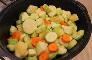 Все овощи перекладываем в жаровню