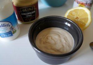 Наливаем натуральный йогурт в пиалу, добавляем горчицу