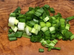 Промываем зеленый перьевой лук, обсушиваем и меленько рубим