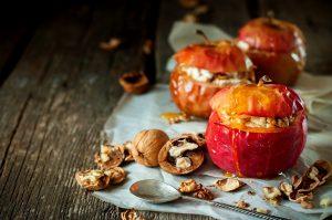 Сколько запекать яблоки в духовке с разной начинкой?