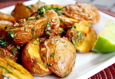 Сколько запекать картошку в духовке (дольками, целиком)?