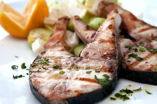 Скумбрию можно превратить в полноценное блюдо, если запекать ее с картофелем, на подушке из овощей с добавлением майонеза. Получится сытное кушанье. Но среди других ингредиентов вкус самой рыбы будет практически незаметен. Поэтому лучше готовить ее в компании компонентов, которые подчеркнут ее вкусовые качества - это лимон, зелень (особенно рекомендуем розмарин), специи, плюс соль и растительное масло