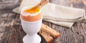 Подавать к столу яйца, сваренные в мешочек